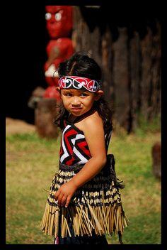 Maori girl - Whakarewarewa Thermal Maori Village, Rotorua, New Zealand Precious Children, Beautiful Children, Beautiful People, Polynesian People, Polynesian Culture, We Are The World, People Around The World, Tonga, Maori People
