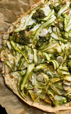 Tripple Garlic Pizza with quick pickled wild garlic & spring onions and leftover radish-green pesto.