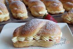 Dokonalé pudinkáče s vanilkovým krémem a jahodami   NejRecept.cz Hot Dog Buns, Izu, Nutella, Hamburger, Cake Recipes, Pancakes, Food And Drink, Bread, Baking