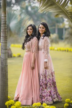 What's a bride without a bestie ? And what's a bride and bestie without some jaw droppingly stylish, co-ordinated outfits. So when we were pondering on what to make our gorgeous girls wear for our Red Carpet Bride & Bestie. Indian Wedding Outfits, Bridal Outfits, Indian Outfits, Indian Wedding Photography Poses, Girl Photography Poses, Sister Poses, Girl Poses, Dress Indian Style, Indian Dresses