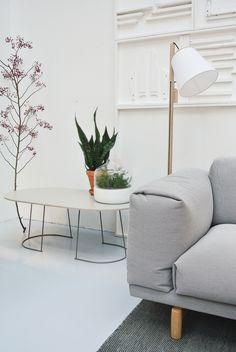 Muuto Rest Sofa, kleed Varjo, salontafel Airy. Lamp Pull. In de Muuto Brand Store van www.houtmerk.nl. Foto's April and May #muuto