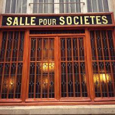 Ik herinner me niet meer waar in Parijs ik deze gevel fotografeerde. Ik hou wel van de combinatie van gouden letters op een zwarte achtergro...