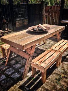 Mesa em madeira de demolição e bancos em pallets.