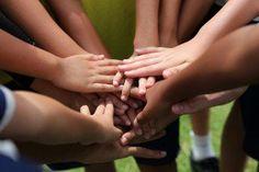 Como as escolas usam a brincadeira em grupo para ensinar?