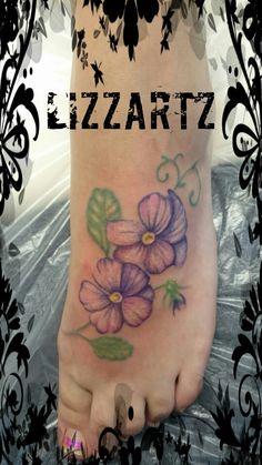 Tattoo viooltjes op de voet