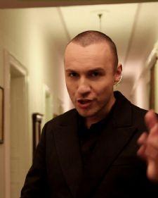 Bane Mojićević danas je premijerno predstavio svoj novi singl i spot ''Loša navika''. Iako je trebao da objavi protekle noći, zbog tehničkih problema to je učinio danas.