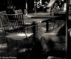 Version noir et blanc : #Paris - Terrasse de café -- #Bar #Restaurant
