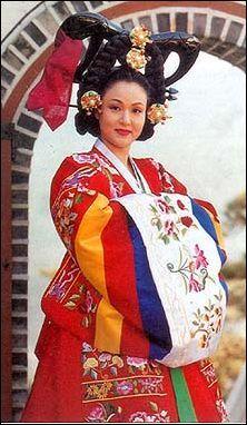 LE HANBOK Le hanbok est le costume traditionnel coréen. Dans sa version masculine ou féminine, il se caractérise par ses lignes simples et l'absence de poches.
