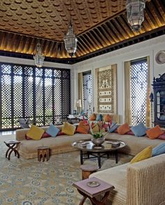 1000 ideas about beige sofa on pinterest metal tables sputnik chandelier - Salon oriental au sol ...