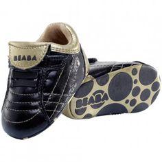 Pantofiorii pentru bebelusi Beaba au fost ganditi pentru confortul copilului: forma pentru piciorul drept / piciorul stang, captuseala din piele in interior, talpa cu sistem anti-alunecare. Copilul se va indragosti de acesti pantofiori fermecati si nu va dori sa ii dea jos. Branturile sunt detasabile pentru a putea testa dimensiunea si pot fi apoi fixate cu o banda adeziva.