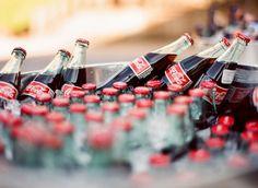Me encanta esta idea para recibir a los invitados en cualquier celebración. Coca-colas bien frías en la entrada!! www.aliceandco.es
