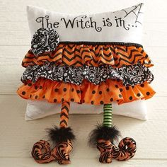 Let your guests know theyre in for a little Halloween magic with our delightfully bewitching pillow. It features a stocking-legged pointy-toed witch who was so eager to make an appearance at your party that she fell head over heels. Halloween Quilts, Diy Halloween, Moldes Halloween, Adornos Halloween, Halloween Magic, Halloween Pillows, Halloween Home Decor, Halloween Cards, Holidays Halloween
