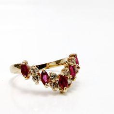 Vintage anillo de rubí y diamantes desde mediados de la década de 1980. Esta Marquesa de características cinco V banda corte rubíes (5mm) con