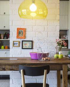 Detalhe de projeto da arquiteta Carol Lovisaro: sobre a mesa rústica de madeira, pendente da Kartell. Foto: Zeca Wittner/Estadão #casaestadao #decoração #arquitetura #iluminação #kartell
