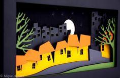 Este cenário recria uma cena bucólica de uma noite em uma pequena vila. O ambiente escuro da noite com os arranha-céus ao fundo, é rompido pelas cores alegres do casario. Destaque para o gato no telhado olhando a lua cheia. Sem dúvida fará a diferença na sua estante ou parede. Produzido em fibra de madeira laminada com acabamento em pintura laca este belo cenário mede 280x153x34mm