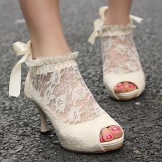 If you've chosen vintage décor for your wedding vintage shoes is a must! (via polyvore)