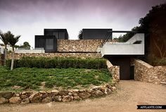 Local Rock House - The building uses its materiality to compliment and reflect the beauty of its location. The building feels as though it belongs / Patterson Architects