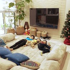 女性で、Otherのシェードカーテン/とろけるコーナーソファー/クリスマスツリー/ローマ字オブジェ…などについてのインテリア実例を紹介。「今日のお昼の様子Part2。 お気に入りのソファーを出したので、みんなご機嫌♪」(この写真は 2016-11-12 23:48:15 に共有されました)