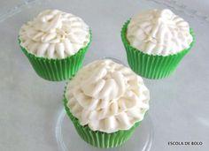 Cupcakes de pina colada combinam coco com abacaxi e cobertura com toque de rum. Na versão para menores de idade use o buttercream clássico. Assista ao vídeo aqui.