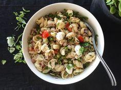 Saan aina silloin tällöin apukokilta pyynnön tehdä pastasalaattia päivälliseksi. Apukokin feivörit-versio koostuisi jotakuinkin aina sa...