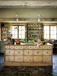 Farmhouse Kitchen Decor Ideas: Great Home Improvement Tips You Should Know! Cottage Kitchens, Farmhouse Kitchen Decor, Country Kitchen, New Kitchen, Home Kitchens, Kitchen Dining, Country Living, Kitchen Cabinets, Kitchen Furniture
