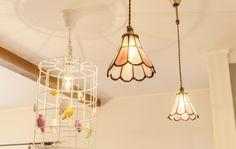 『かわいい家photo』では、かわいい家づくりの参考になる☆ナチュラル、フレンチ、カフェ風なおうちの実例写真を紹介しています。 Stained Glass Lamps, Mosaic Glass, Glass Art, Tiffany, Light Shades, My Room, Boho Decor, Lamp Light, Pendant Lighting