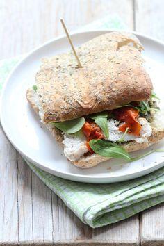 Kipsandwich met pesto, rucola en zongedroogde tomaatjes - Lekker en Simpel