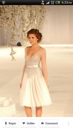 Love this dress, elegant but simple.. perfect for my wedding!