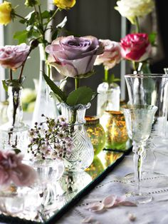 Decorating on a mirror with flowers and candle holders gives maximum romantic effect.