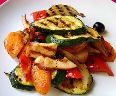 Sałatka z grillowanych warzyw, wędzonego indyka i oliwek/ Warm vegetable salad with smoked turkey breast and black olives
