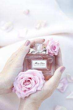Miss Dior Absolutely Blooming Eau de Perfume Perfume 212 Vip, Best Perfume, Perfume Oils, Perfume Bottles, Pink Perfume, Perfume Armani, Chloe Perfume, Flower Perfume, Parfum Miss Dior