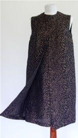 # 20760. Rochie anii '60  Rochie din brocart tesut cu fir metalic de culoarea cuprului. Este captusita cu satin si se inchide la spate cu un fermoar lung.  Dimensiuni: bust 93-95 cm; talie max 88 cm; lungimea de la umar la tiv 98 cm;  Conditie: excelenta.  Pret: 112 RON Satin, Skirts, Vintage, Fashion, Moda, Fashion Styles, Elastic Satin, Skirt
