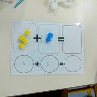 Mes élèves, plus que les autres encore, ont besoin de manipuler. Voici une petite fiche support qui les aide à comprendre le sens de l'addition tout en manipulant les cubes.  Ils posent la...