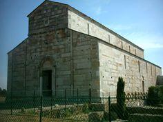 Cathédrale Sainte-Marie-de-l'Assomption o église de la Canonica).  La basílica fue planificada en el siglo XI y terminada la centura posterior, siendo consagrada el año 1119 como catedral de Santa María de la Asunción. dependiente de la archidiócesis de Pisa. En 1130 pasó a depender de la archidiócesis de Génova. En 1440 dejó de ser sede episcopal.Se trata de una iglesia de arquitectura románica y tres naves. Está rodeado de restos paleocristianos del siglo IV