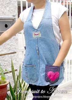 MeiJo's JOY: Another refashion story : 1 Jumpsuit = 2 Easy Peasy Aprons Cut Up Shirts, Old Shirts, Diy Jeans, Recycle Jeans, Reuse Recycle, T Shirt Yarn, T Shirt Diy, Jean Apron, Looks Jeans