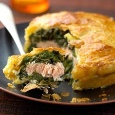 Découvrez la recette Tourte au saumon et aux épinards sur cuisineactuelle.fr.
