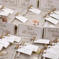 test tubes filled with sand as escort cards http://weddingwonderland.it/2015/03/tableau-de-mariage-da-copiare.html