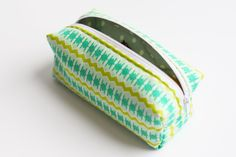 sewing cosmetic bag Source by Sewing Stitches, Sewing Patterns, Knitting Yarn, Hand Knitting, Handmade Purses, Love Sewing, Knitted Bags, Couture, Sewing Tutorials