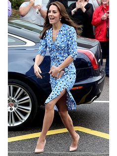 Kate Middleton Goes Back to School in Stunning Sky Blue Dress - Princess Kate Goes Back to School in Stunning Sky Blue Dress – and Wows with Sexy Slit! Kate Middleton Legs, Estilo Kate Middleton, Kate Middleton Photos, Duchess Kate, Duke And Duchess, Duchess Of Cambridge, Princesse Kate Middleton, Pantyhosed Legs, Kate And Pippa