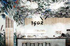 Ieva Ozola je autorkou ručně malované akvarelové tapety, která zdobí celou kavárnu včetně stropů. Zdroj: Spižírna 1902