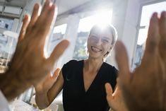 Ein Kompliment, ein Gefallen oder einfaches Beistehen – es gibt viele Möglichkeiten, wie Sie anderen Personen im Alltag eine Freude bereiten können. 15 Ideen, wie Sie das ganz leicht anstellen. Photoshop Effects, Business Women, Stock Photos, Blond, Photography, Image, Joy, Tips, Love