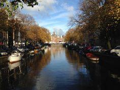 Canal de #Ámsterdam. Al fondo De Waag en la Plaza del Nieuwmarkt, una de las más bonitas de la ciudad. http://www.viajaraamsterdam.com/lugares-para-visitar-en-amsterdam/plaza-del-nieuwmarkt/ #turismo #viajar #Holanda