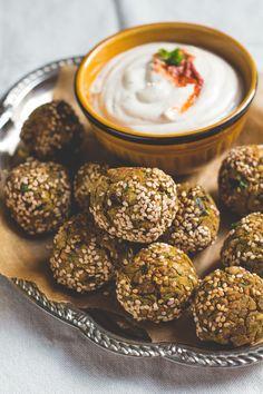 Falafel uit de oven, met de lekkerste saus. Een makkelijk en mega lekker recept. Comfortfood! Best Vegetarian Recipes, Pureed Food Recipes, Vegan Recipes Easy, Healthy Diners, Healthy Snacks, Tapas, Jewish Recipes, Vegan Appetizers, Light Recipes