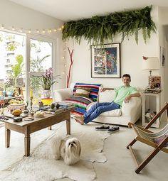 A jardineira suspensa não ocupa espaço e traz verde para a sala (Foto: Victor Affaro/ Editora Globo)