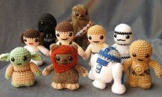 Ma questi sono troooooppo deliziosi!! ^_^  Lucy Ravenscar ha ricreato a maglia tutti i personaggi di Star Wars… questa si che è una vera mania!!  http://www.bitrebels.com/geek/mini-star-wars-amigurumi-cuddly-is-finally-cool/