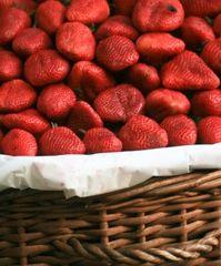 Baiser mit Erdbeer-Minz-Salsa