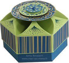 Je partage avec vous une astuce pour créer une jolie boîte hexagonale originale à partir d'un gabarit rond et d'un massicot Stampin'Up! que mes copines m'avaient demandé. J'ai utilisé les lot marocain pour la décoration. Cette boite est réalisée avec...