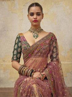 2019 Sabyasachi Charbagh collection nuptiale Lehenga a un tas de lehengas de mariage rouge traditionnel, des tenues de mariage de destination magnifique + beaucoup plus. Saree Blouse Patterns, Sari Blouse Designs, Fancy Blouse Designs, Indian Bridal Outfits, Indian Designer Outfits, Sabyasachi Sarees, Indian Sarees, Bollywood Saree, Dress Indian Style