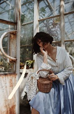 adorable summer outfit inspiration vintage style Wooden cute summer basket, loose shirt and matching cotton skirt SEE MORE ON MY. Lara Jade, Portrait Photography, Fashion Photography, Photo Images, Shooting Photo, Vintage Stil, Foto Art, Foto Pose, Find Image
