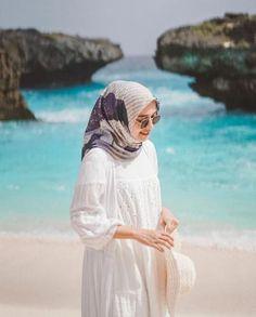 Tips Agar Hijabers Tetap Nyaman dan Stylish Liburan ke Pantai – Hijab Fashion 2020 Casual Hijab Outfit, Ootd Hijab, Hijab Chic, Hijab Fashion Summer, Muslim Fashion, Dress Fashion, Modele Hijab, Beach Ootd, Hijab Fashion Inspiration